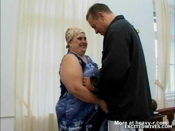 Abuela rusa gorda con chico joven