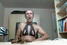 Viejo guarro bebe orina y come sus heces