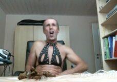 Imagen Viejo guarro bebe orina y come sus heces