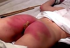 10 latigazos en el culo con una caña de bambú