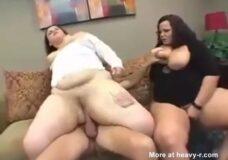 Imagen Chicas obesas se sientan en un chico