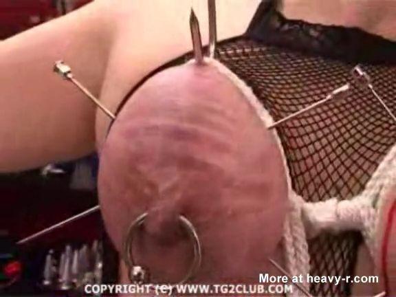 Grandes agujas en sus pechos
