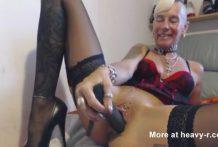 La vieja se mete los tacones por el coño