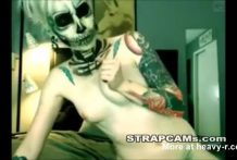 Adolescente vestida de esqueleto te está esperando