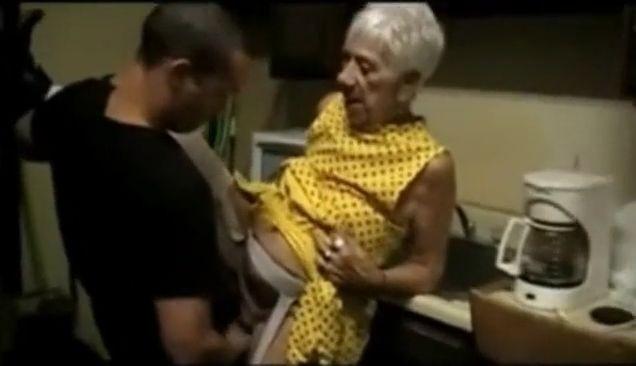 Abuela de 90 años follando con chico de 20