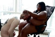 Gorda obliga a su esclavo a chupar un consolador