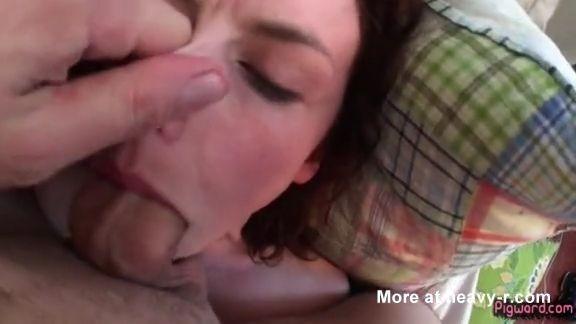 La amordaza con la polla y tapándole la nariz
