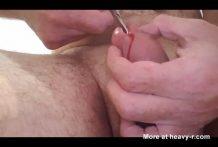Se corta el pene con unas tijeras
