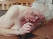 Abuela y nieta se follan a un negro