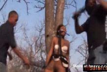 Violan a la guia turistica africana