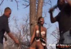 Imagen Violan a la guia turistica africana