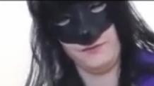 Una guarrilla no logra follar con su perro negro