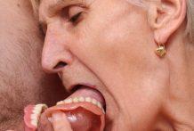 Vieja sin dentadura postiza chupando una polla