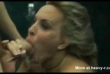 Rubia tratando de coger una corrida bajo el agua
