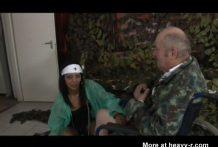 El viejo hombre amputado tiene sexo con un adolescente miniatura