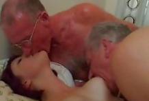 Dos viejos de 70 años cogiendo con una de 18