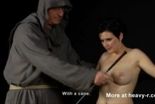 Chicas caneadas y electrocutadas por un monje
