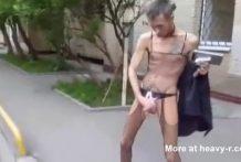Chico gay friki vistiendo traje de red