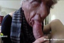 La abuela falsa chupa el pene real