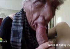 Imagen La abuela falsa chupa el pene real