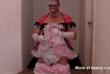 Hombre se viste de princesa con pañales