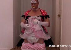 Imagen Hombre se viste de princesa con pañales