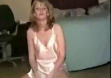 Imagen Mujer Madura chupa y bebe el semen de perro