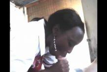 Africana masajeando una polla blanca