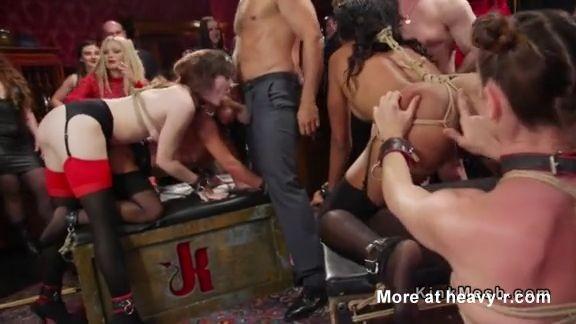 Grupo de chicas esclavas sirviendo a sus maestros