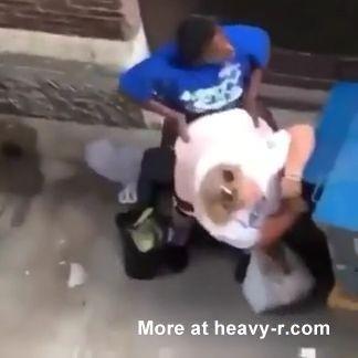 Pareja sin hogar follando en público
