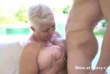 Abuela gorda y grande seduce a un joven
