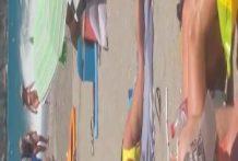 Chica pajeandose en una playa española