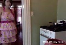 Tetona con pañales en la cocina de casa