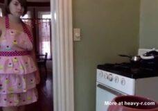 Imagen Tetona con pañales en la cocina de casa
