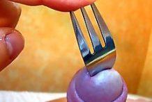 Se penetra un tenedor por la polla