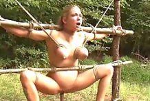 Estacas de madera para follar a esta esclava
