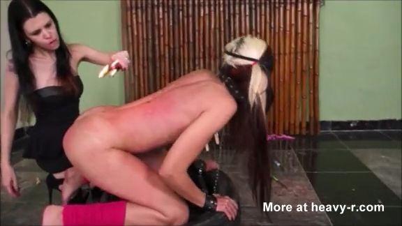 Lesbiana sufre en su cuerpo la cera caliente
