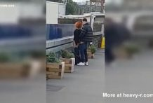 Pareja folla en la estacion de tren