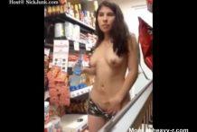 Una loca se queda en pelotas en una tienda