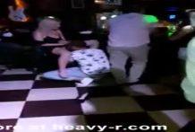 Borracha se deja comer el coño en un bar