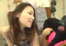 Imagen 2 chicas japonesas follando con dos perros