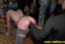Emo hace sexo en público en un bar