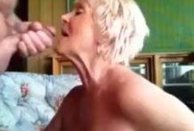 La abuela lamiendo la polla como una perra