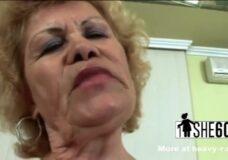 Imagen La implacable abuela adora dar mamadas intensas
