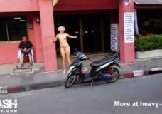 Imagen Camina desnuda por las calles de Bangkok