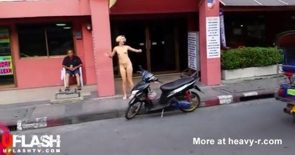 Camina desnuda por las calles de Bangkok