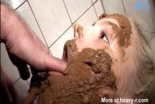 La perra se caga y se llena la cara