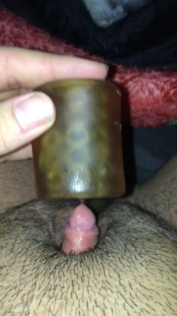Se masturba su clítoris como si fuese un pene
