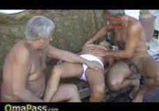 Imagen Dos viejos y una abuela en trio