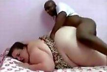 Negro flaco folla a la mujer más grande